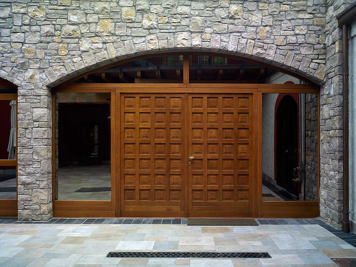 Entrance doors, image i