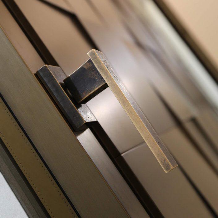 Linea Vittoria window handle in bronze