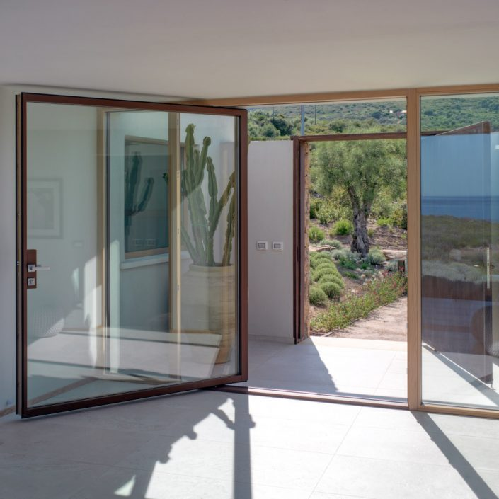 Internal view of a vertical wooden pivot with corten effect aluminium cladding
