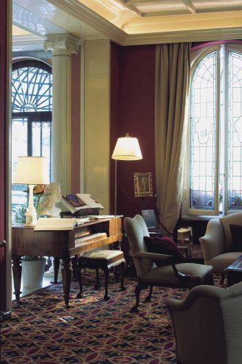 Vista della hall dell'albergo con finestre a due ante ad arco