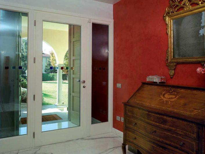 Internal view of the entrance door of Villa Bergamo