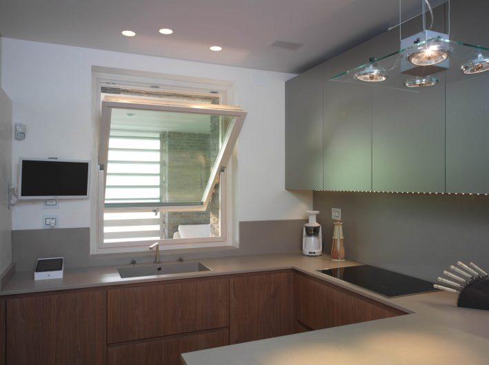 Kitchen horizontal pivot window