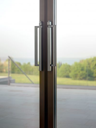 Detail of the handles of the closed four-door lift