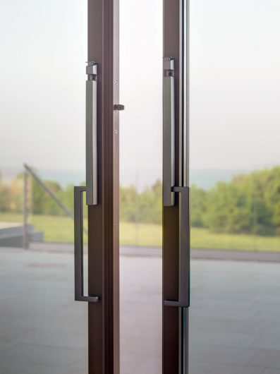 Detail of the handles of the sliding lift with four doors
