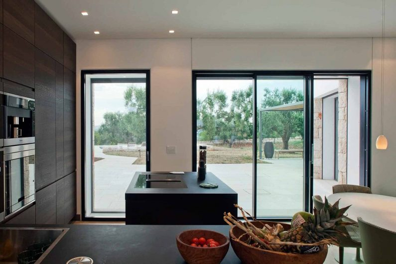 View of the kitchen with Skyline Door and sliding door with two asymmetrical sashes