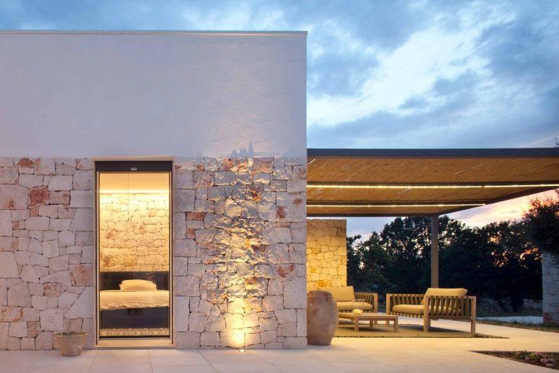 Facade of Villa Ostuni with vitrum-effect patio door