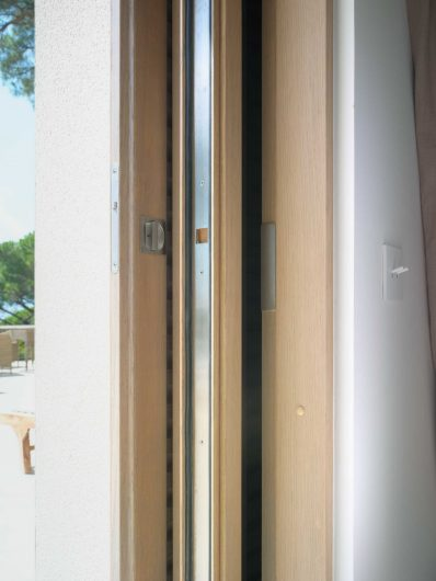 Detail of the closing system of the sliding door