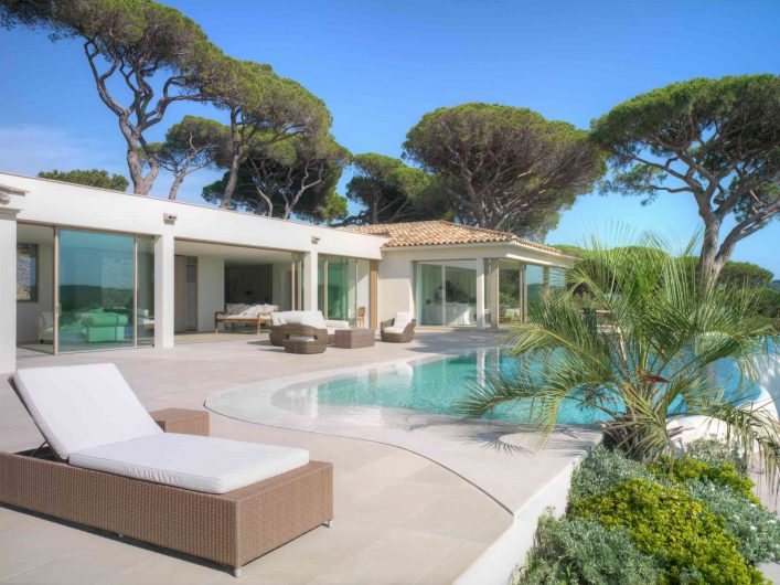 View of the main facade of Villa Saint Tropez with Skyline Sliding lift and slides