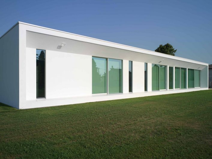 View of the rear elevation with single-leaf French window and two-leaf lift and slide doors