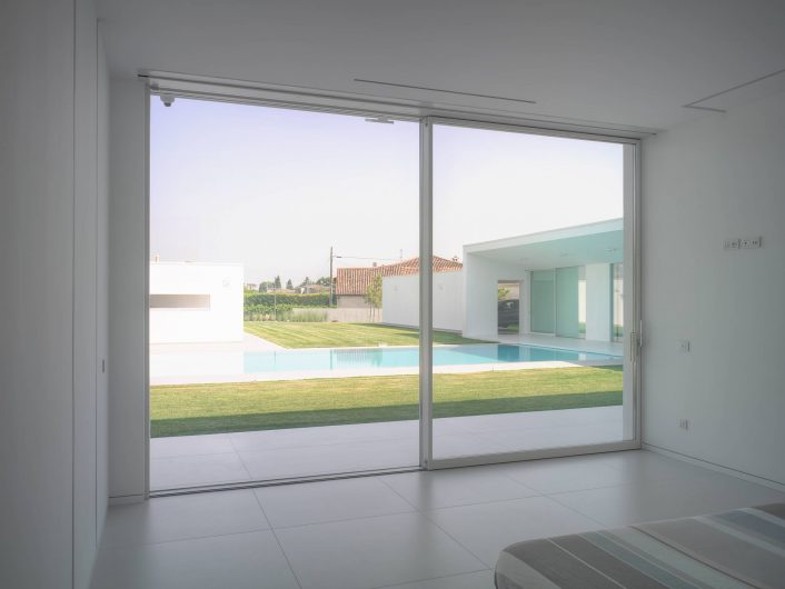 Internal view of the lift and slide door with two sashes in the bedroom of Villa Verona