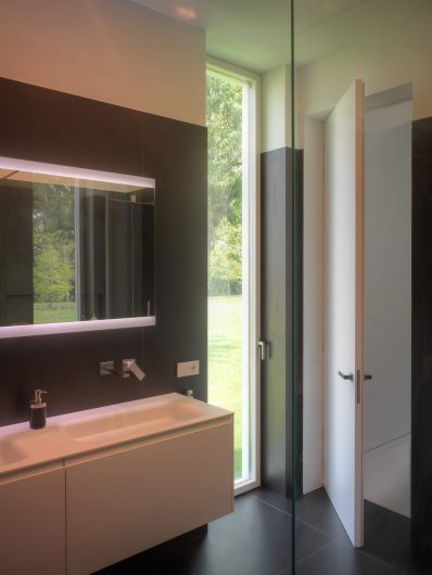View of the bathroom with a lacquered Skyline door