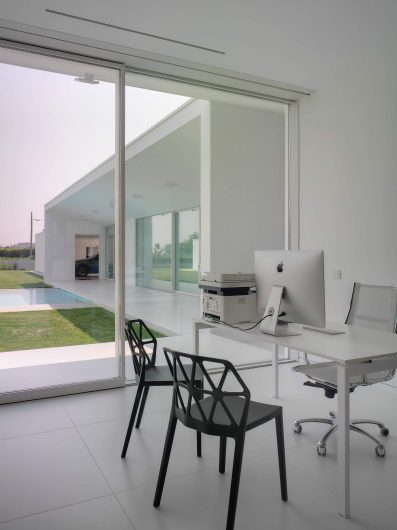 View of the studyroom with a lift and slide door with two white lacquered sashes